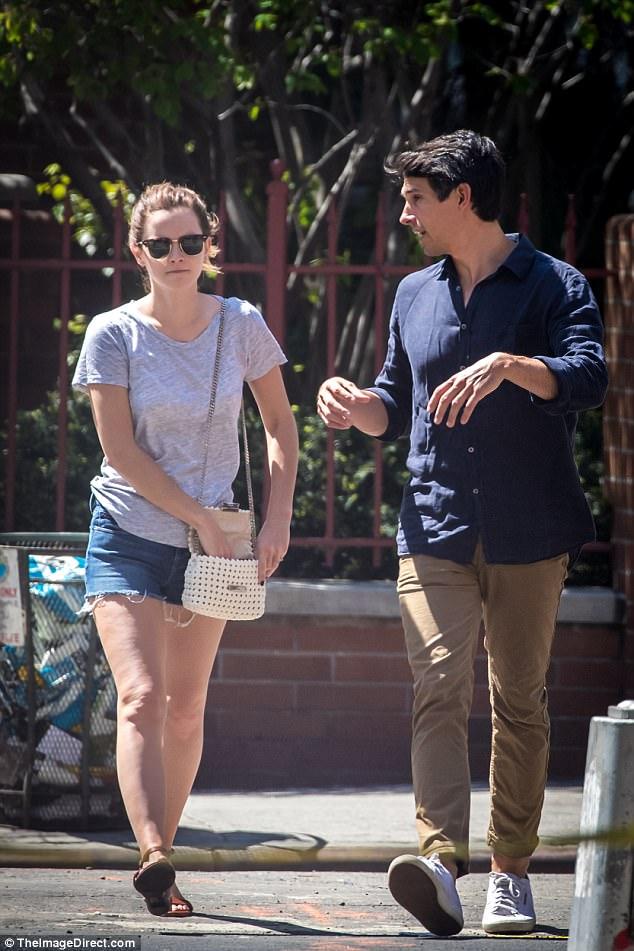 Chỉ cao 1m65, Emma Watson lộ chân ngắn khi hẹn hò bên bạn trai - Ảnh 3.