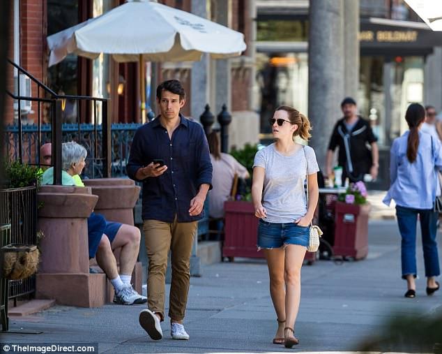 Chỉ cao 1m65, Emma Watson lộ chân ngắn khi hẹn hò bên bạn trai - Ảnh 8.