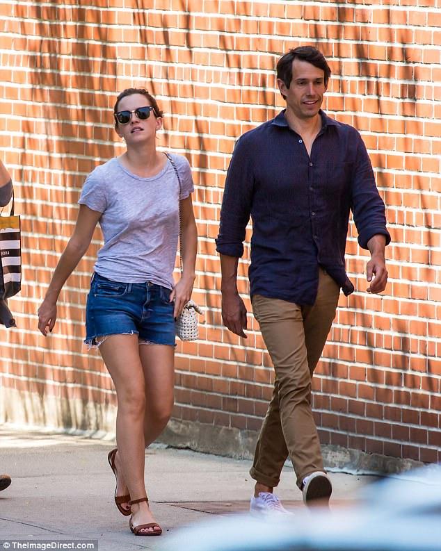 Chỉ cao 1m65, Emma Watson lộ chân ngắn khi hẹn hò bên bạn trai - Ảnh 4.