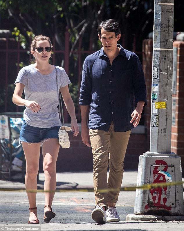 Chỉ cao 1m65, Emma Watson lộ chân ngắn khi hẹn hò bên bạn trai - Ảnh 1.