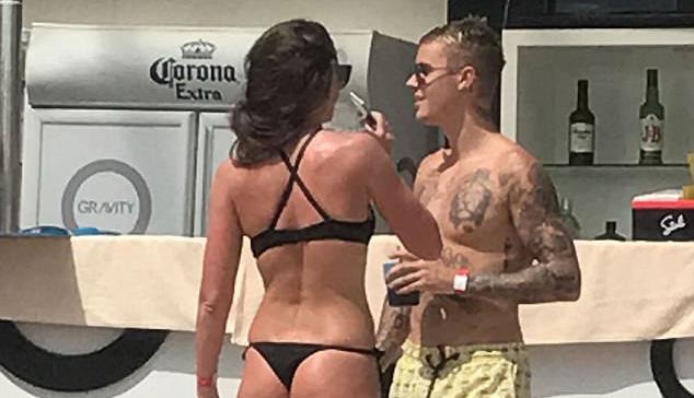 Justin Bieber khoe body, tán tỉnh các người đẹp nóng bỏng bên bể bơi - Ảnh 6.