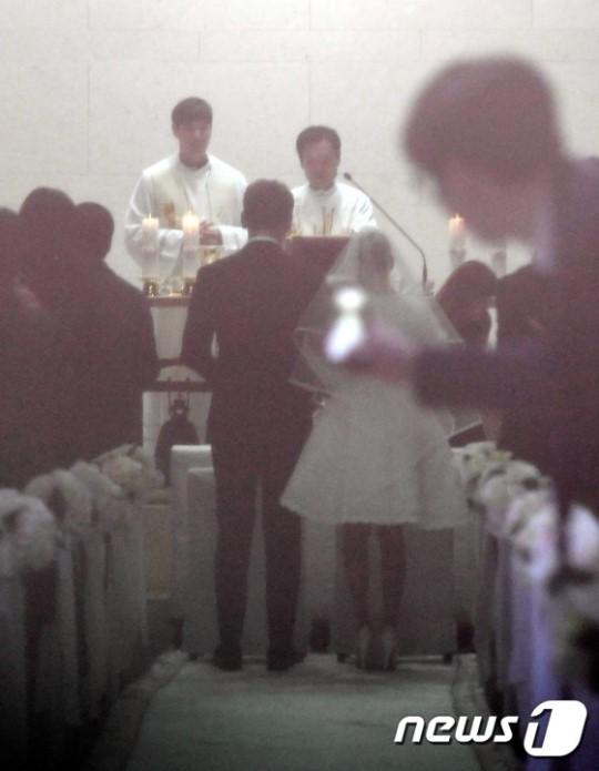 Không chỉ tổ chức đám cưới siêu tiết kiệm, Kim Tae Hee còn giản dị tới mức diện váy cưới không tên tuổi - Ảnh 4.