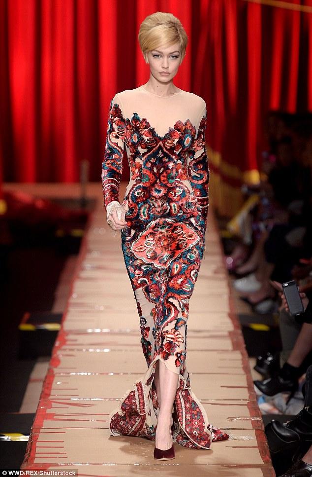 Váy có vướng vào gót giày cũng không thể làm Gigi Hadid vồ ếch vì cô nàng cao tay thế này cơ mà - Ảnh 6.