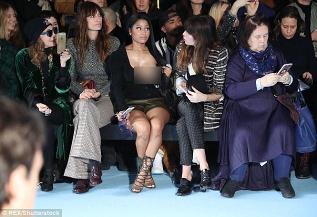 Đỉnh cao phản cảm: Nicki Minaj phơi bày nguyên vòng 1 trên hàng ghế đầu PFW - ảnh 3