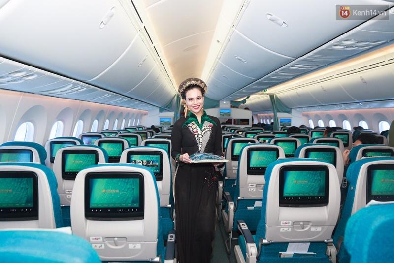 Hành khách thích thú khi tiếp viên Vietnam Airlines trình diễn áo dài trên