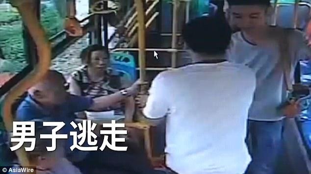 Không được dừng đỗ theo ý muốn, nam hành khách đánh đập dã man vị tài xế xe buýt - ảnh 4