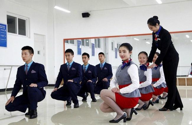 Những bài tập khó nhằn dành cho các cô gái xinh đẹp nuôi mộng làm tiếp viên hàng không ở Trung Quốc - Ảnh 7.