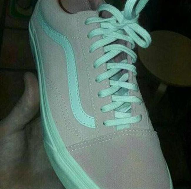 Giải mã bí ẩn đôi giày lúc màu xanh - ghi, lúc lại hồng - trắng - Ảnh 1.