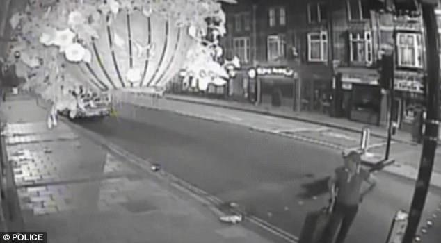 Rùng mình với đoạn video quay cảnh nghi phạm giết người kéo va li chứa xác bạn gái cũ đi quanh thành phố - Ảnh 2.