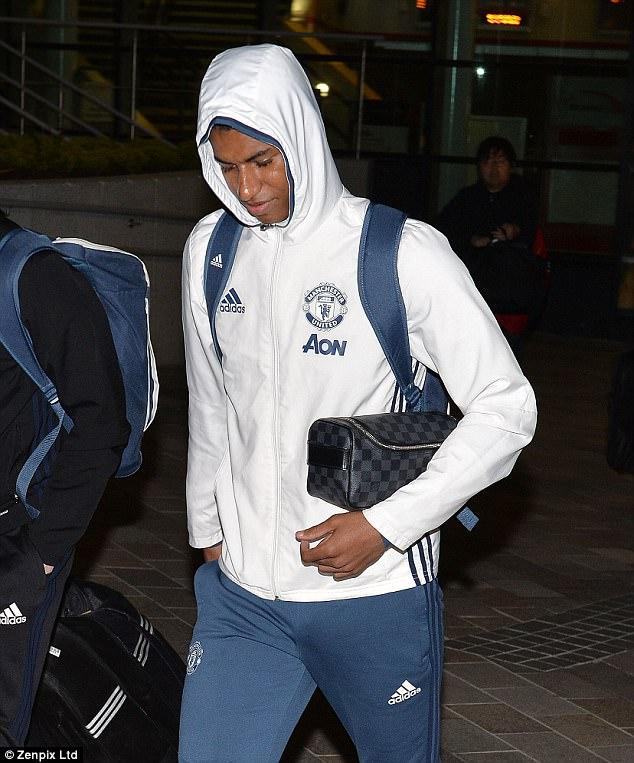 Dàn sao Man Utd mặt như đưa đám trở về Manchester, nhưng Mourinho đã ở đâu? - Ảnh 4.