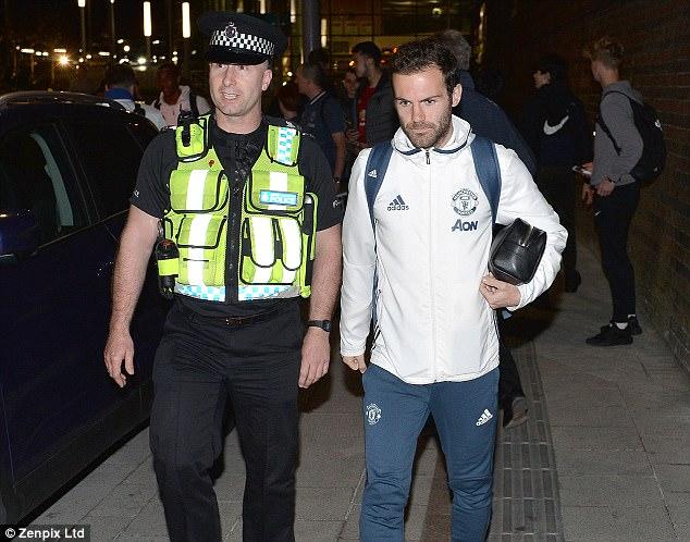 Dàn sao Man Utd mặt như đưa đám trở về Manchester, nhưng Mourinho đã ở đâu? - Ảnh 3.