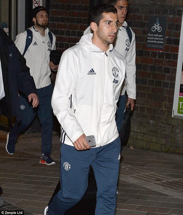 Dàn sao Man Utd mặt như đưa đám trở về Manchester, nhưng Mourinho đã ở đâu? - Ảnh 5.