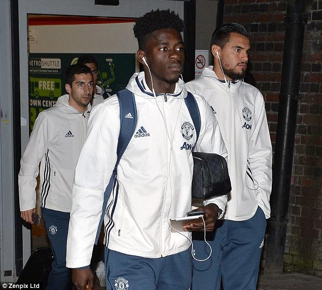 Dàn sao Man Utd mặt như đưa đám trở về Manchester, nhưng Mourinho đã ở đâu? - Ảnh 6.