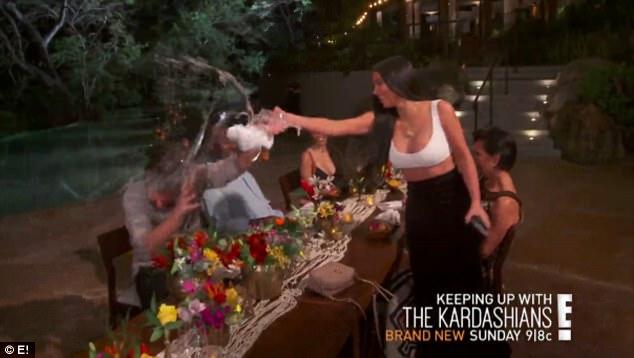 Kim cùng gia đình tạt nước vào mặt anh rể vì lén dẫn gái lạ về khách sạn - Ảnh 2.
