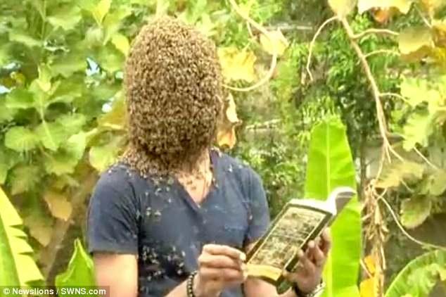 Để 60.000 con ong bâu kín mặt, chàng trai vẫn thản nhiên nói chuyện đọc sách - Ảnh 2