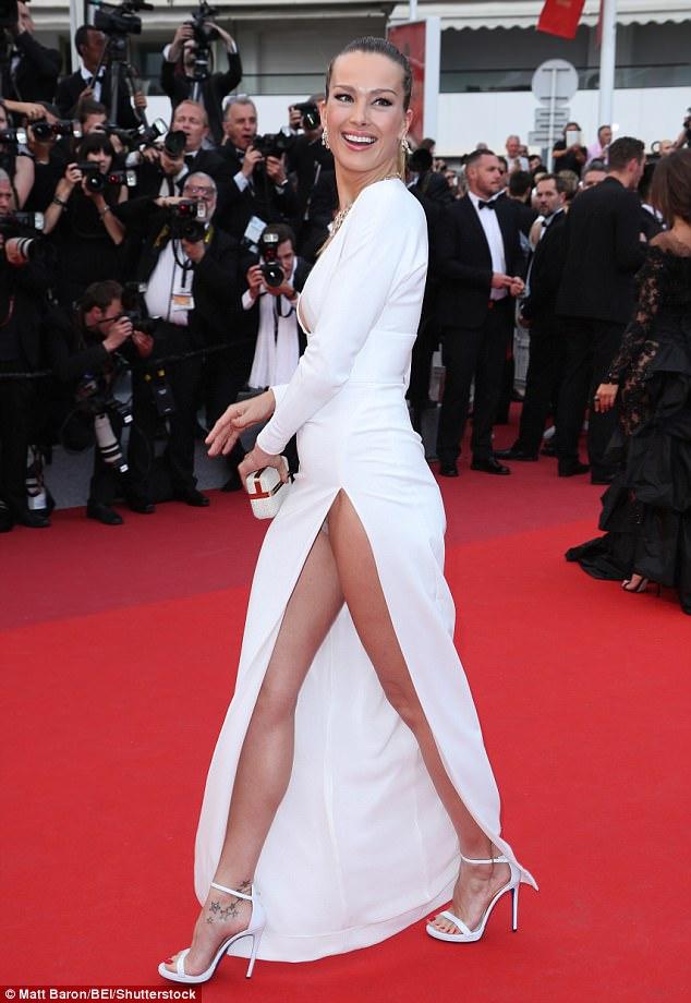 Chân dài người Séc hớ hênh nội y ngay giữa thảm đỏ LHP Cannes ngày 2 - Ảnh 1.