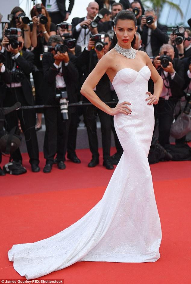 Chân dài người Séc hớ hênh nội y ngay giữa thảm đỏ LHP Cannes ngày 2 - Ảnh 5.