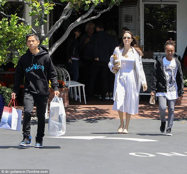 Pax Thiên ra dáng đàn ông, xách đồ giúp mẹ Angelina Jolie và em gái - Ảnh 1.
