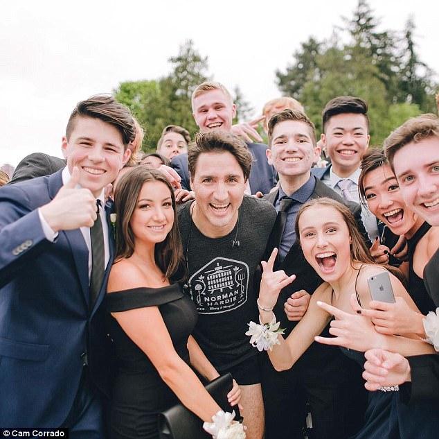Đang chạy bộ, Thủ tướng điển trai của Canada bị kéo vào chụp ảnh cùng dàn trai xinh gái đẹp 2