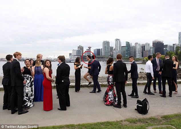 Đang chạy bộ, Thủ tướng điển trai của Canada bị kéo vào chụp ảnh cùng dàn trai xinh gái đẹp 1