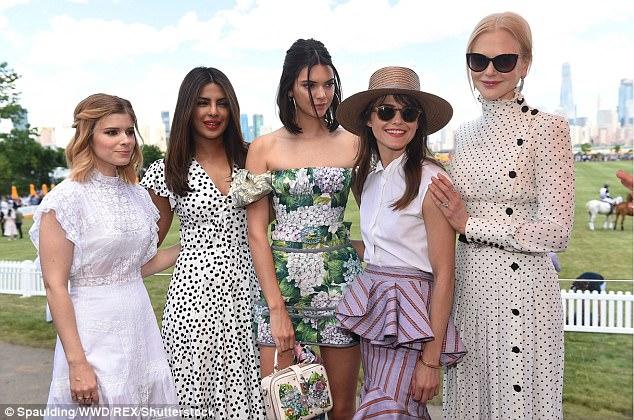Xinh đẹp hút hồn như tiên nữ, Kendall Jenner gặp sự cố trang phục vẫn không hề phản cảm - Ảnh 13.