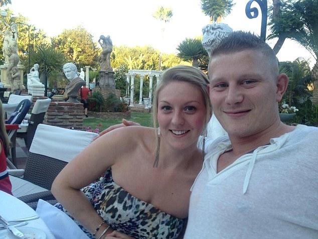 Người đàn ông trong đoạn video tình tứ thái quá trên máy bay đã có vợ đang mang bầu 6 tháng ở nhà - Ảnh 2.