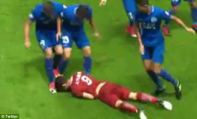 4 cầu thủ Trung Quốc định quây đánh hội đồng cựu sao Chelsea - Ảnh 2