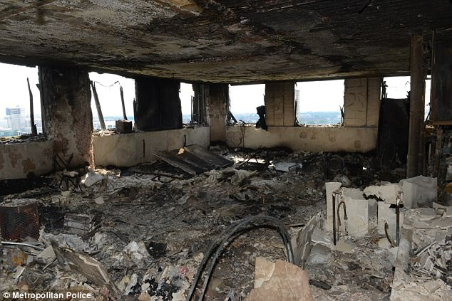 Hình ảnh các vật dụng bên trong tòa chung cư ở London biến dạng, cháy đen thành tro - Ảnh 1