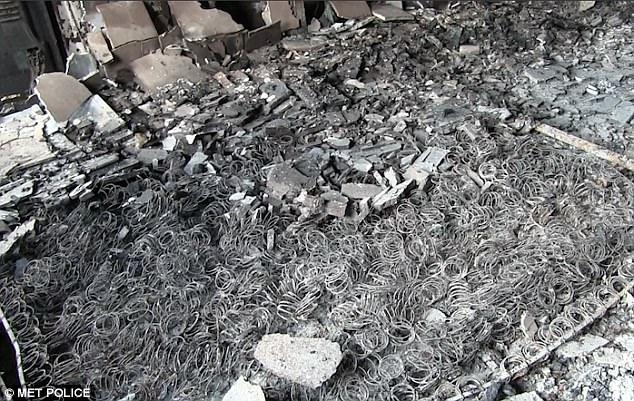 Hình ảnh các vật dụng bên trong tòa chung cư ở London biến dạng, cháy đen thành tro - Ảnh 4