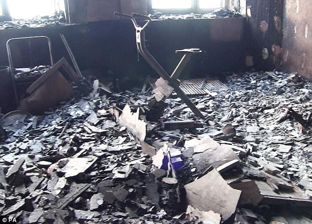 Hình ảnh các vật dụng bên trong tòa chung cư ở London biến dạng, cháy đen thành tro - Ảnh 3