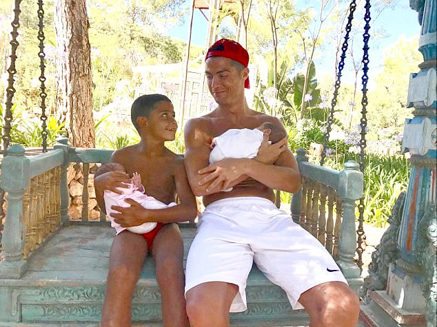 Cặp sinh đôi của Ronaldo đã ra đời như thế nào? - Ảnh 2.