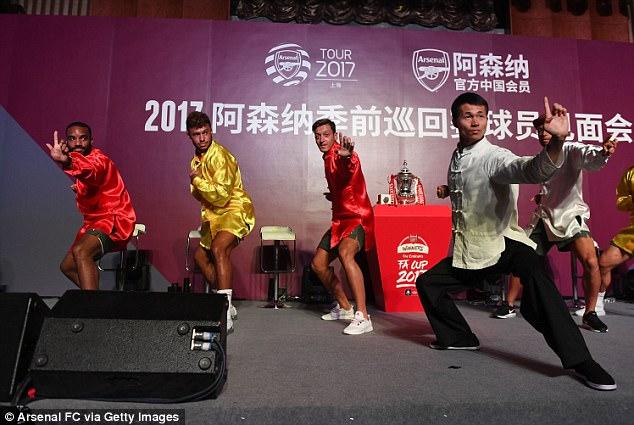 Sao Arsenal mặc áo lụa, tập múa võ cổ truyền Trung Quốc - Ảnh 2.