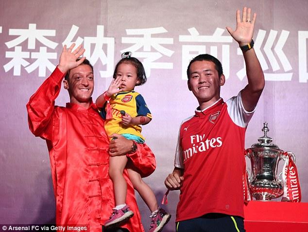Sao Arsenal mặc áo lụa, tập múa võ cổ truyền Trung Quốc - Ảnh 4.