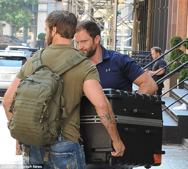 Taylor Swift trốn được paparazzi bấy lâu nay là nhờ nằm trong... vali? - Ảnh 1.