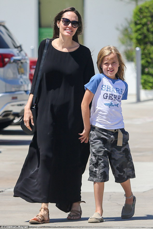 Con gái út nhà Angelina Jolie ngày càng khôn lớn và ăn mặc nam tính giống hệt chị - Ảnh 4.