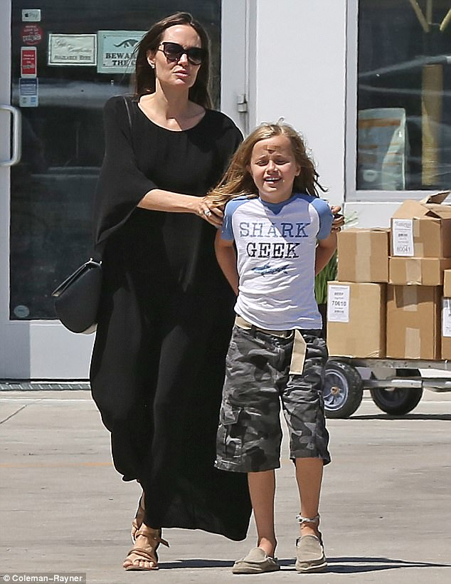 Con gái út nhà Angelina Jolie ngày càng khôn lớn và ăn mặc nam tính giống hệt chị - Ảnh 6.