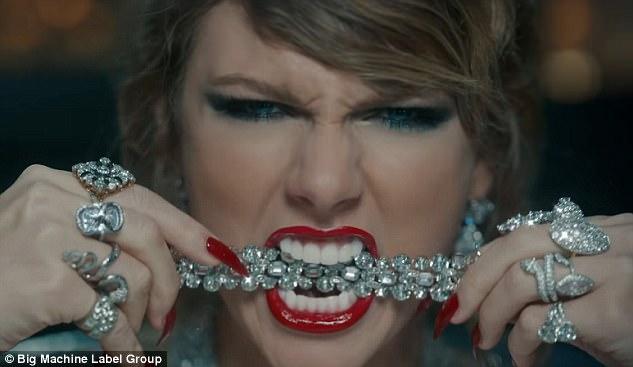 Bị xỉa xói trong MV LWYMMD, Kanye liền diện áo in khẩu hiệu to đùng để chế giễu lại Taylor Swift? - Ảnh 4.