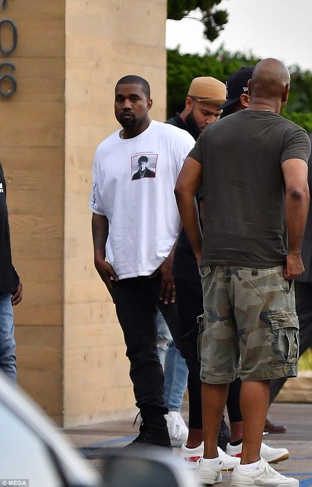 Bị xỉa xói trong MV LWYMMD, Kanye liền diện áo in khẩu hiệu to đùng để chế giễu lại Taylor Swift? - Ảnh 1.