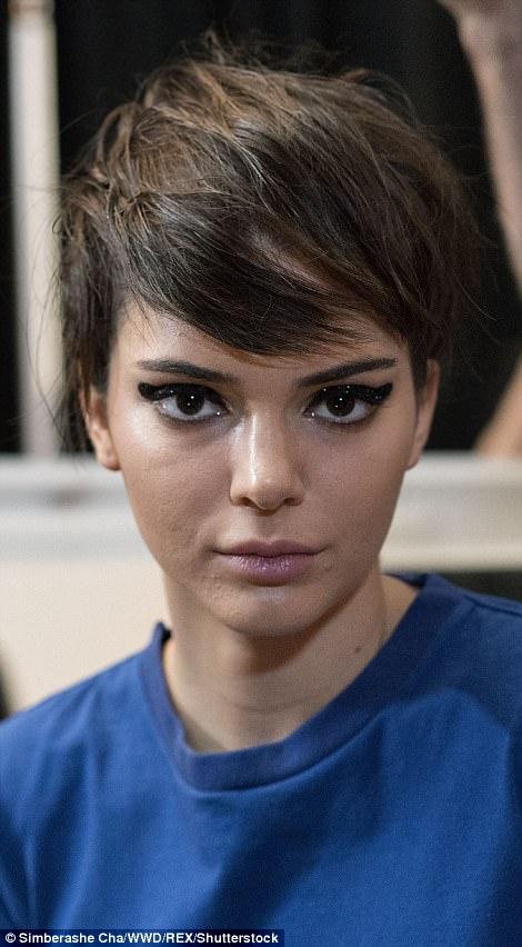 Không photoshop, siêu mẫu quốc tế như Kendall Jenner cũng lộ làn da nổi mụn sần sùi kém sắc! - Ảnh 1.