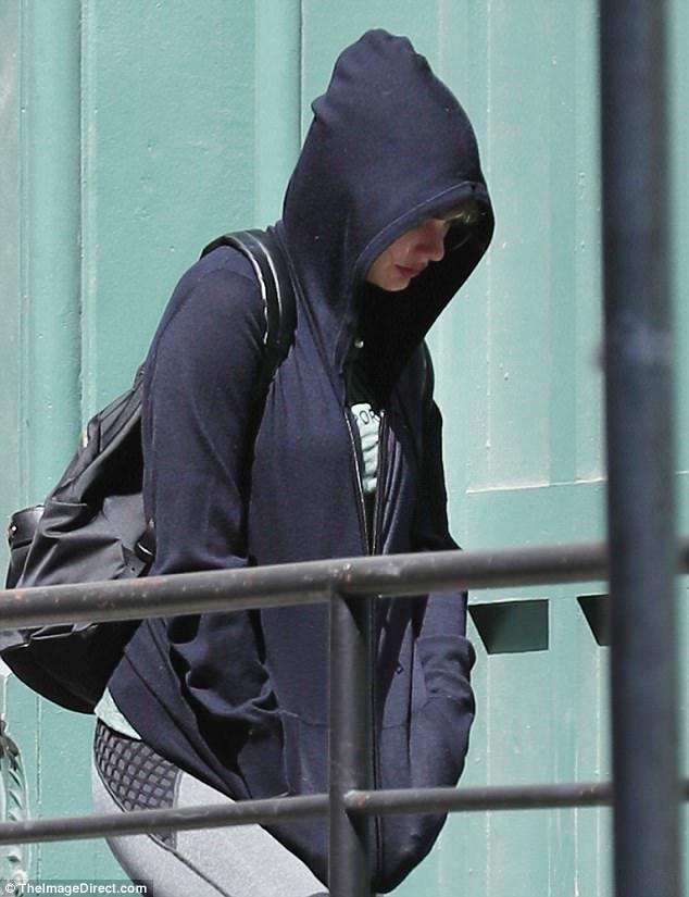 """Đanh đá là thế trong MV, nhưng Taylor Swift vẫn """"sợ"""" paparazzi đến mức che kín mặt khi ra phố"""