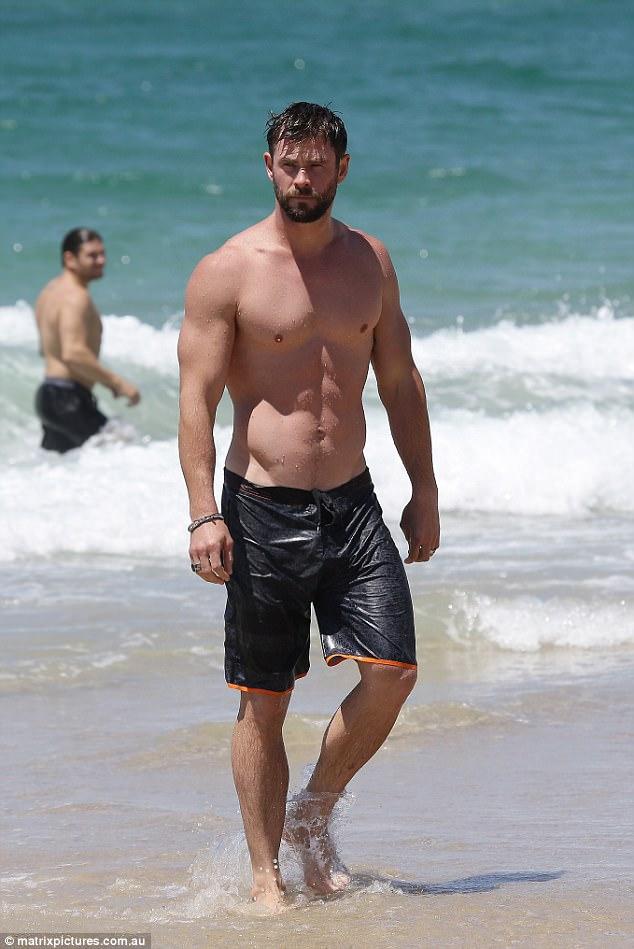 Thân hình đẹp như một vị thần, thảo nào Chris Hemsworth được chọn đóng vai Thor! - Ảnh 1.