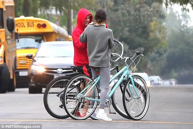 Hẹn hò đạp xe cùng nhau, Justin - Selena đẹp đôi và dễ thương như đang quay một bộ phim tình cảm - Ảnh 8.