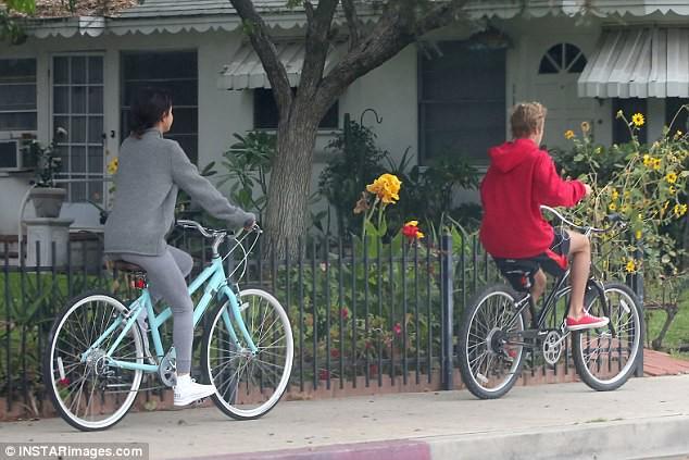 Hẹn hò đạp xe cùng nhau, Justin - Selena đẹp đôi và dễ thương như đang quay một bộ phim tình cảm - Ảnh 10.