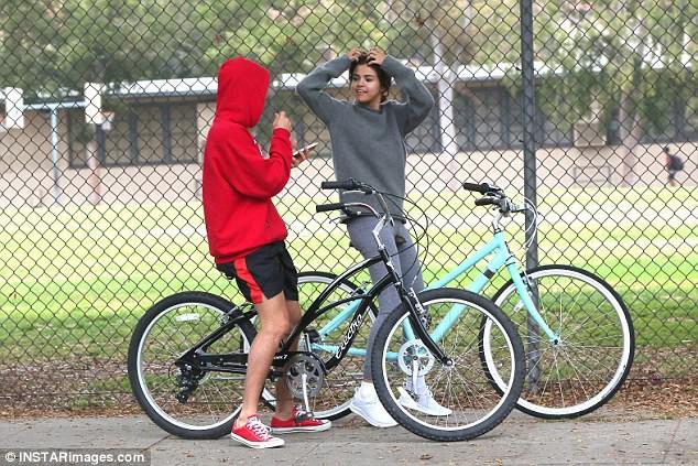 Hẹn hò đạp xe cùng nhau, Justin - Selena đẹp đôi và dễ thương như đang quay một bộ phim tình cảm - Ảnh 9.