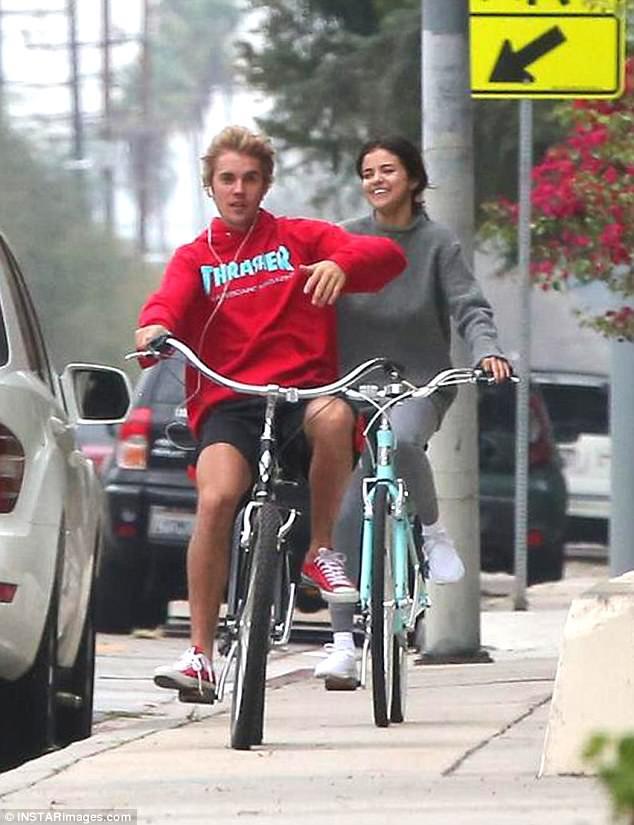 Hẹn hò đạp xe cùng nhau, Justin - Selena đẹp đôi và dễ thương như đang quay một bộ phim tình cảm - Ảnh 6.