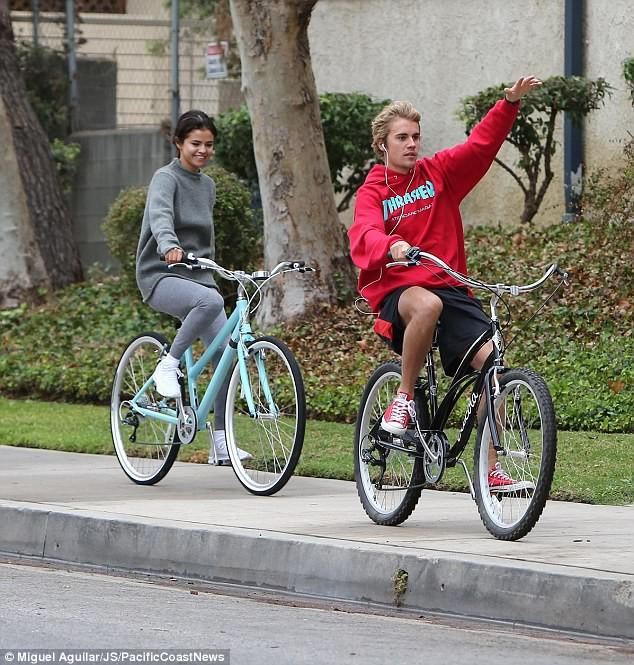 Hẹn hò đạp xe cùng nhau, Justin - Selena đẹp đôi và dễ thương như đang quay một bộ phim tình cảm - Ảnh 3.