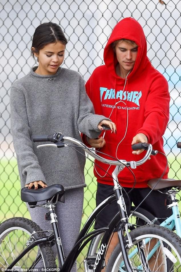 Hẹn hò đạp xe cùng nhau, Justin - Selena đẹp đôi và dễ thương như đang quay một bộ phim tình cảm - Ảnh 11.