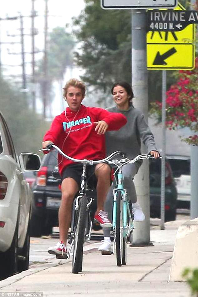 Selena Gomez tươi cười hạnh phúc bên Justin Bieber trong buổi hẹn hò bí mật bên bờ hồ
