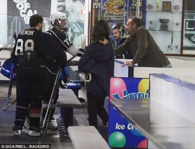 Justin và Selena công khai môi kề môi đắm đuối giữa sân băng sau khi tái hợp - Ảnh 6.