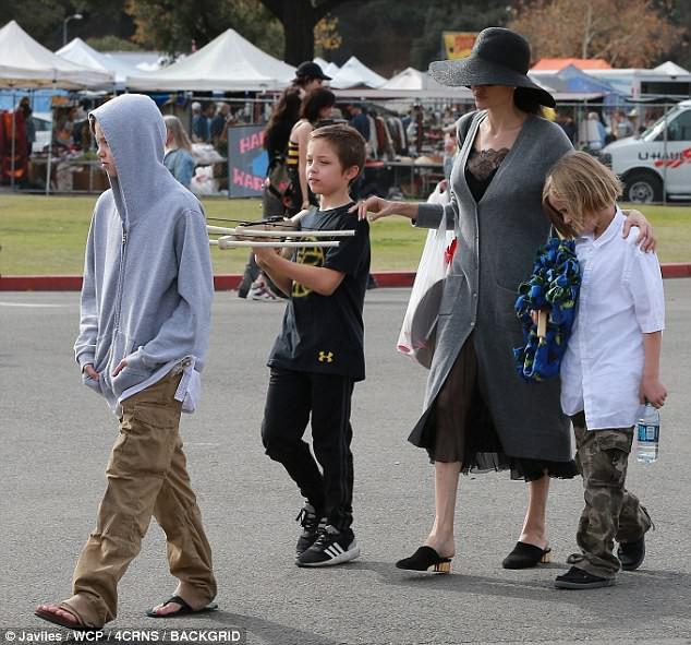 3 con ruột của Angelina Jolie và Brad Pitt: Cả bé trai lẫn gái đều nam tính, soái ca giống hệt bố - Ảnh 1.